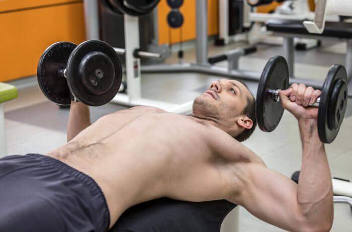 大胸筋下部を意識しながら動作を行う