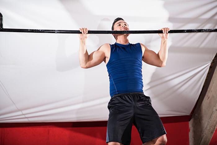 ②顎をバーより高く上げ、肩甲骨の可動域を確保する