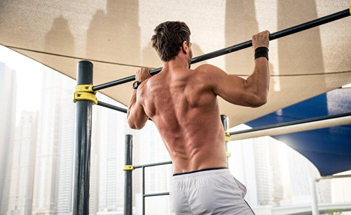 ③背筋を伸ばし、背中を丸めない